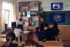 Симферопольская школьница Зинаида Жаворонкова, проводит урок о деятельности РГО (Фото предоставлено З. Жаворонковой)