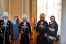 Активисты крымского Молодежного клуба РГО на выставке (Фото Никифорова А.)