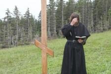 Путешественник Федор Конюхов читает молитву у креста на Шантарах