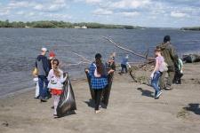 Уборка прибрежной территории р. Иртыш от мусора в р.п. Большеречье Омской области