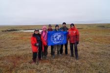 Участники экспедиции возле воронки газового выброса (ВГВ-1) на Ямале. Фото: Елена Бабкина