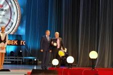 Депутат Госдумы Алексей Канаев вручает награду Александру Губину