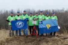 Участники экспедиции у установленного памятного знака Фото: Екатерина Краснова