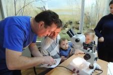 Участники мероприятия определяют возраст рыбы под руководством специалистов
