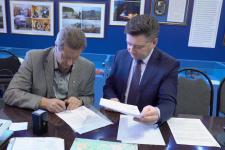 Подписание договора. Слева направо: Михаил Малахов, Виталий Крючков