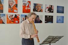 Участник Icewalk Руперт Саммерсон играет на японской флейте в память о погибшем члене команды, японце Хиро Ониши. Фото Петра Завишо
