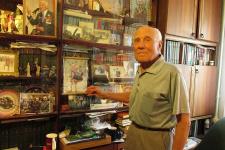 Домашняя библиотека 90-летнего студента. Фото: Алина Олейник