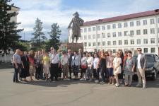 Коллективное фото у памятника основателю г. Кяхта С. Рагузинскому