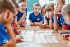 Дети заняты познавательной карточной игрой «Мемори» (Фото: К. Гасица)