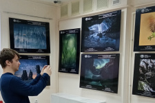 Посетители выставки в п. Оршанке. Фото Евгения Гончарова