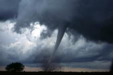 Торнадо с штате Оклахома, США. Фото: Национальное управление океанических и атмосферных исследований США, с сайта wikipedia.org