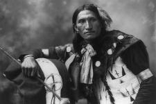 Индеец племени Лакота, около 1899 года. Фото с сайта wikipedia.org