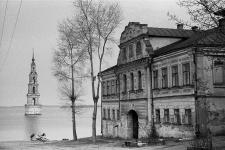 Затопленная колокольня Никольского собора, г. Калязин. Фотография Сергея Бессмертного 1980 года. Предоставлено организаторами выставки