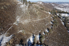 Хорошо сохранившийся участок Удунгинского купеческого тракта действовавшего в 1884-1920-е гг. Окрестности села Селендума, 10 октября 2020 г. Вид сверху.