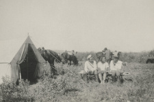 Лагерь в Джунгарском Алатау, справа - С.В. Калесник. Фото: Научный архив РГО