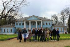 Участники сербской делегации на территории музея-усадьбы М. Глинки. Фото предоставлено Смоленским региональным отделением