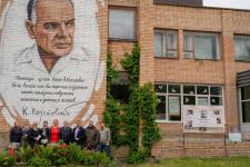 Участники церемонии у арт-объекта, посвящённого Паустовскому