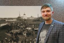 Александр Савичев на фоне фотографии старой Сысерти и завода. Фото: Вадим Осипов