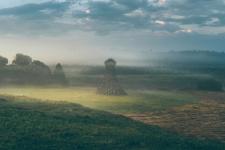 Маяк в рассветном тумане. Фото: Мария Филатова