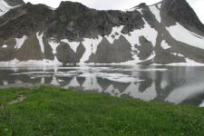 Озеро у подножия вулкана