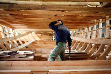 Строительство реплики поморского коча идёт полным ходом. Фото: Судостроительный кластер Архангельской области