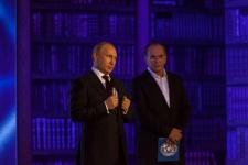 Владимир Путин и ведущий Алексей Гуськов. Фото: Илья Мельников
