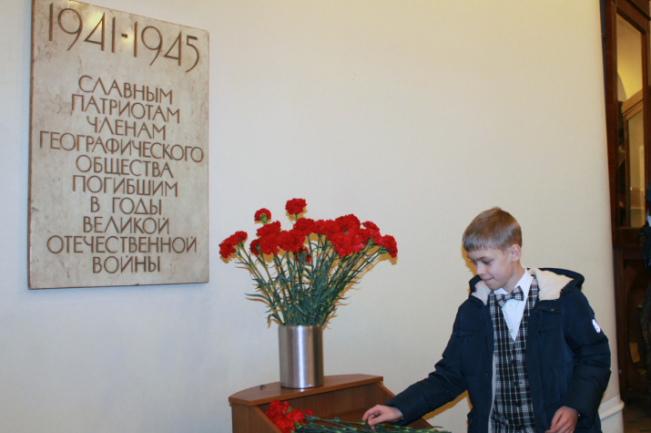 У мемориальной доски памяти погибших членов Общества...