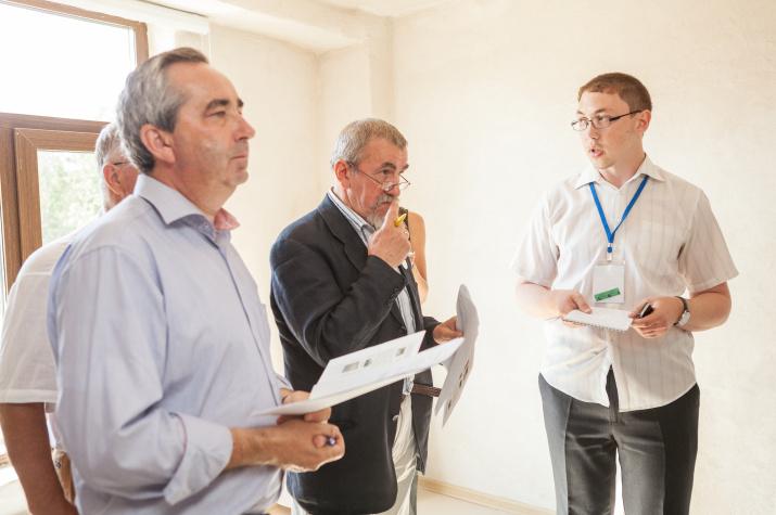 Слева направо: профессор Сергей Добролюбов, профессор Аркадий Тишков и слушатель Летней школы Антон Учаев