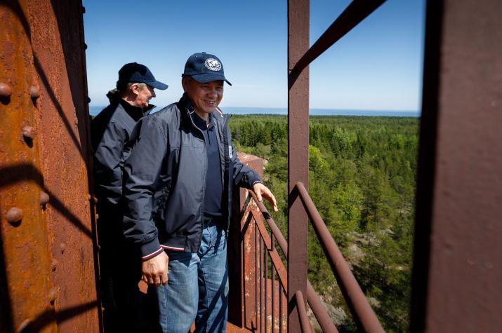 Президент РГО Сергей Шойгу осматривает маяк на острове Большой Тютерс. Фото: Вадим Гришанкин