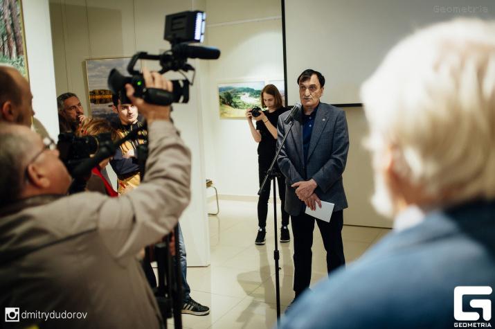 Александр Александрович вместе с гостями фотовыставки. Фото: Дмитрий Дудоров