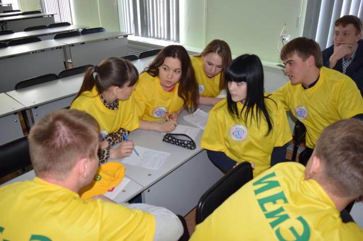 Участники географического турнира - студенты ОГПУ  составляют ответ на задание