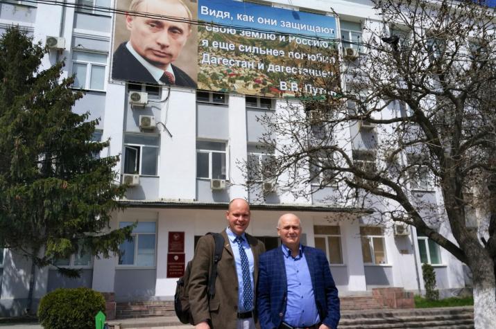 Под портретом Президента Российской Федерации. Фото: Макензи Холланд