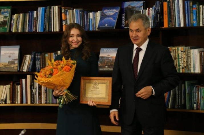 The President of the Russian Geographical Society Sergey Shoygu is handing in the diploma to Svetlana Marich, the winner of the contest «For success in social activities». Photo by the press-service of the Russian Geographical Society