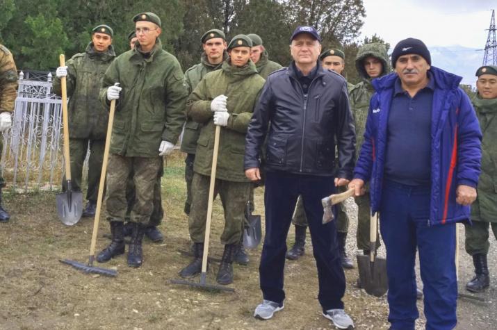 Главные помощники – военнослужащие из расположенной поблизости войсковой части. Фото предоставлено Дагестанским отделением РГО.