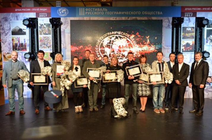 """Победители фотоконкурса """"Самая красивая страна"""" с наградами - почётными дипломами лауреатов и мягкими игрушками фирмы Hansa. Фото: пресс-служба РГО"""