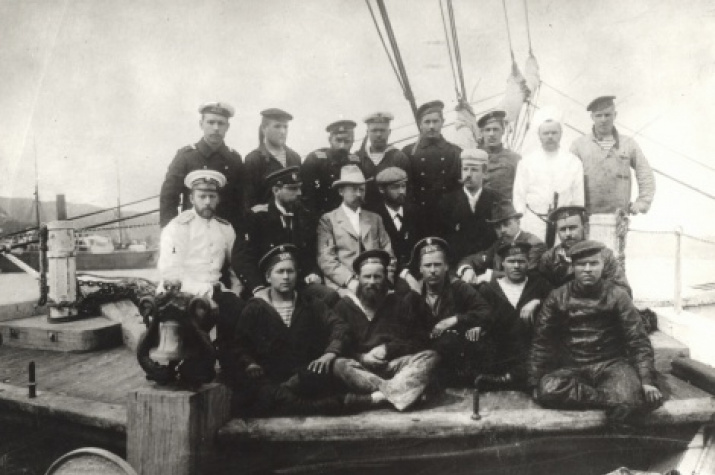 Members of the Russian Polar expedition (1900-1902), Kolomeytsev is second from the left, middle row. Photo from the Russian Geographic Society archive.