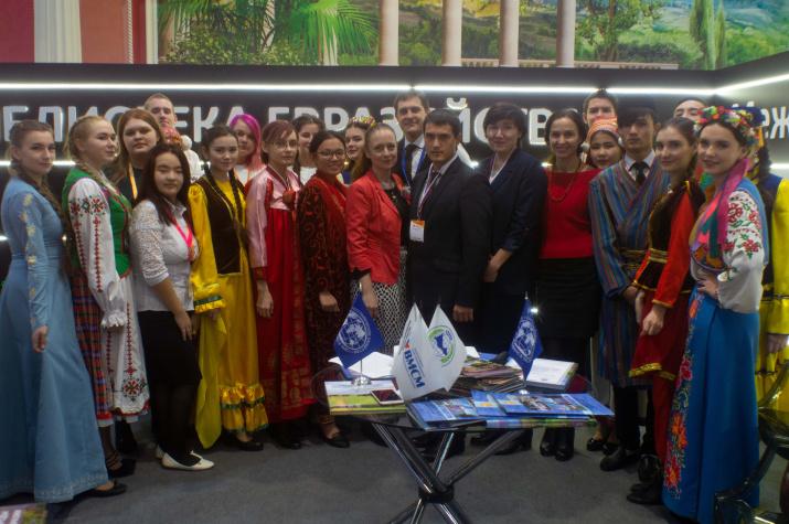 Участники встречи в «Библиотеке Евразийца» - члены Оренбургского отделения РГО и НМОО ОО «ВМЕСТЕ». Фото: Рустам Ханнанов