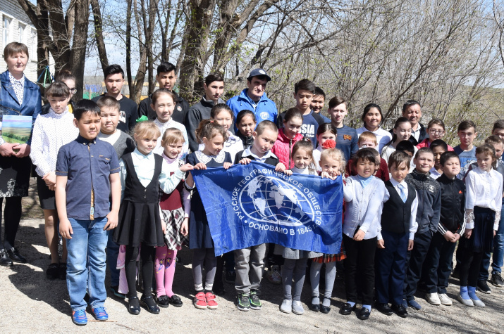 Встреча участников экспедиции с учениками Курлинской школы. Фото: Д. Грудинин
