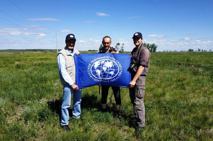 Участники двух экспедиций. Справа-налево: А. Чибилёв (РГО), М. Михалев (участник велоэкспедиции), Д. Грудинин (РГО)