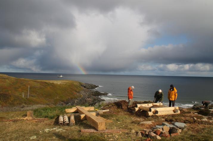 Установка креста на берегу губы Песчаной рядом с Терско-Орловским маяком. Фото: Никита Кузнецов