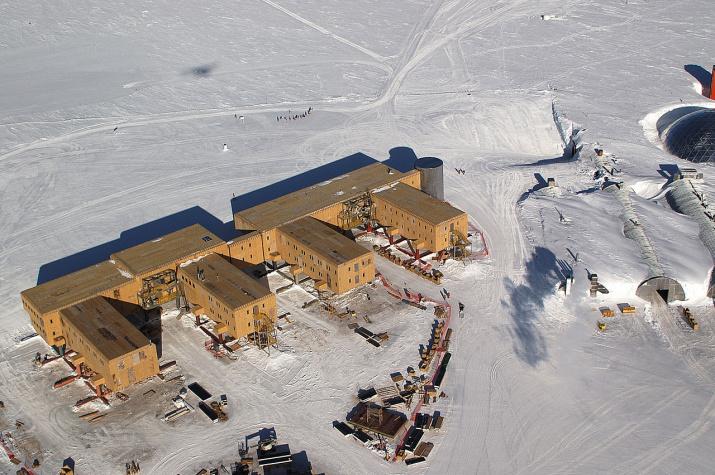 Антарктическая станция Амундсен-Скотт. Фото: Bill Henriksen, wikipedia