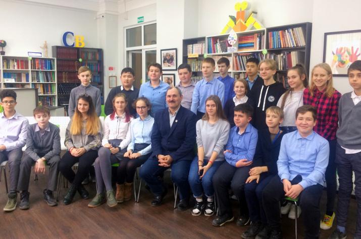 Илья Головачёв со слушателями Областной библиотеки