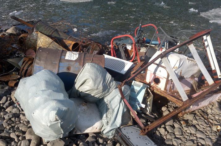 """Технический мусор у уреза воды. Фото предоставлено ФГБУ """"Заповедники Таймыра"""""""