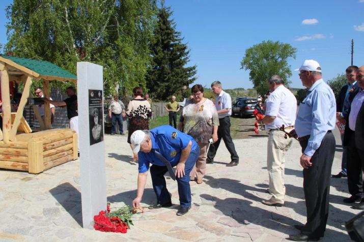Возложение цветов к стеле Г.К. Жукова. Фото предоставлено Шадринским местным отделением РГО.