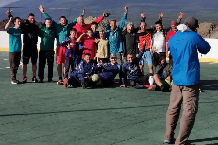 Участники экспедиции и жители Курильска после товарищеского футбольного матча