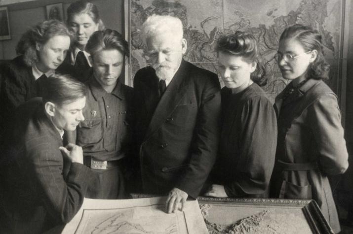 Л.С.Берг. Беседа со студентами-географами. Фото: Научный архив РГО