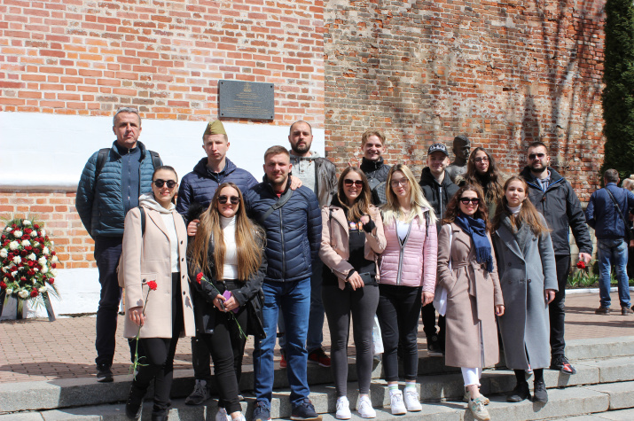 Участники сербской делегации в сквере Памяти Героев. Фото предоставлено Смоленским региональным отделением