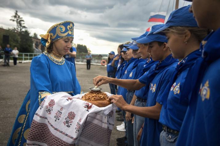 Хлебом-солью встречали юных корабелов в Вытегре