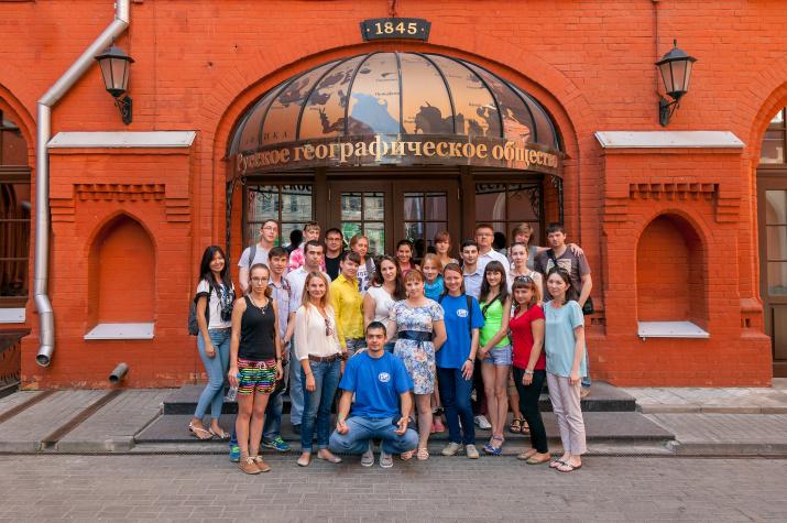 Слушатели Второй Летней школы перед зданием Штаб-квартиры Общества в Москве