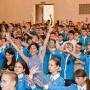 Помощник Президента РГО Анастасия Чернобровина с участниками смены в Артеке. Фото: Виктор Затолокин